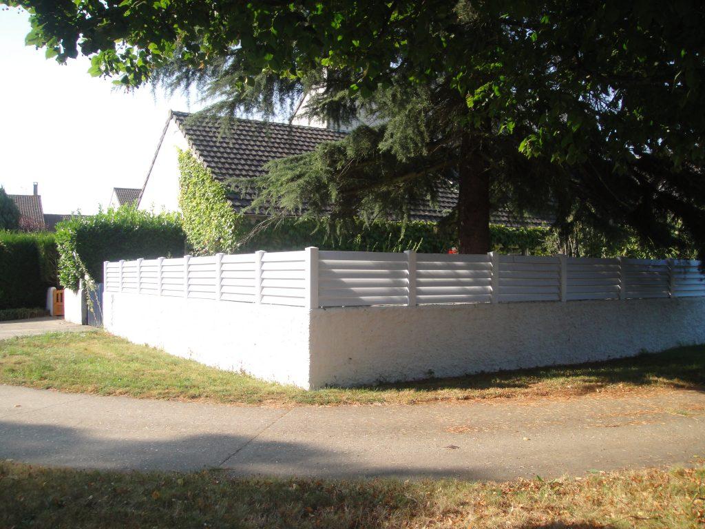 Clôture en PVC et enduit du mur