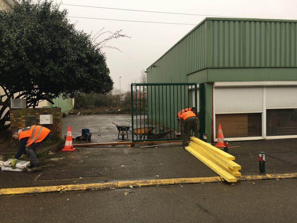 Pose d'une clôture pour un bâtiment industriel